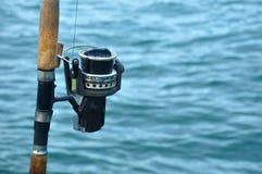 Ciérrese para arriba de carrete de la pesca en una caña de pescar Foto de archivo