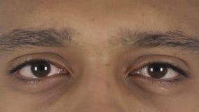 Ciérrese para arriba de centellar ojos hermosos del hombre afroamericano metrajes