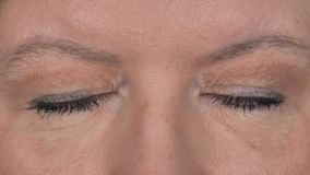Ciérrese para arriba de centellar ojos hermosos de la mujer mayor almacen de video