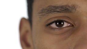 Ciérrese para arriba de centellar un ojo de hombre afroamericano almacen de metraje de vídeo