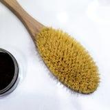 Ciérrese para arriba de cepillo suave de madera del cuerpo y el coffe hecho a mano friega en el fondo blanco imagen de archivo