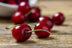 Ciérrese para arriba de cerezas frescas en la tabla de madera foto de archivo libre de regalías
