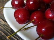 Ciérrese para arriba de cerezas maduras frescas Imagen de archivo libre de regalías