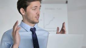 Ciérrese para arriba de charla video en línea del hombre de negocios joven almacen de metraje de vídeo