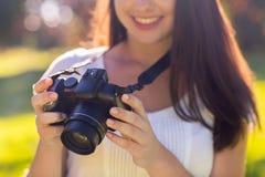Ciérrese para arriba de chica joven con la cámara de la foto al aire libre Fotografía de archivo libre de regalías