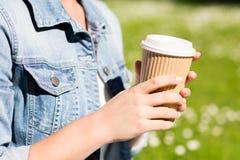 Ciérrese para arriba de chica joven con la taza de café al aire libre Fotos de archivo libres de regalías