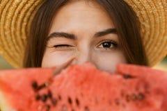 Ciérrese para arriba de chica joven linda en tiempo del gasto del sombrero del verano en el par foto de archivo
