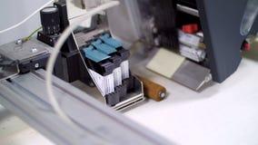 Ciérrese para arriba de ciertas piezas de la impresora durante la producción Fábrica de la impresión Prensa almacen de video