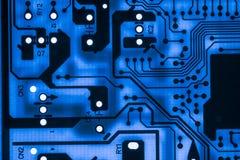 Ciérrese para arriba de circuitos electrónicos en tecnología en el tablero de lógica del fondo del ordenador de Mainboard, placa  Fotografía de archivo libre de regalías