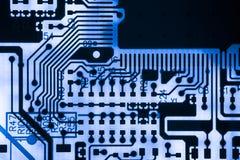 Ciérrese para arriba de circuitos electrónicos en tecnología en el tablero de lógica del fondo del ordenador de Mainboard, placa  Fotografía de archivo