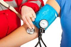 Ciérrese para arriba de comprobar la presión arterial Fotos de archivo libres de regalías