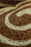 Ciérrese para arriba de cortado del pan de Rye de mármol Imagenes de archivo