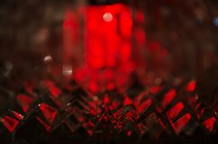 Ciérrese para arriba de cristal cortado en luz de rubíes misteriosa imagenes de archivo