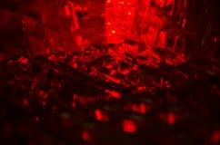 Ciérrese para arriba de cristal cortado en luz de rubíes misteriosa foto de archivo libre de regalías