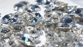 Ciérrese para arriba de cristales brillantes hermosos almacen de video