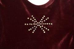 Ciérrese para arriba de Crystal Jewel Design en la ropa roja imagen de archivo