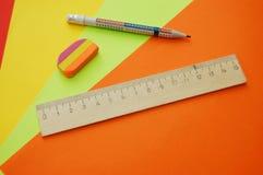 Ciérrese para arriba de cuatro papeles y herramientas coloridos Imagenes de archivo