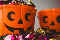 Ciérrese para arriba de cubos anaranjados con los chocolates coloridos Fotos de archivo libres de regalías