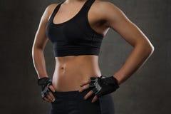 Ciérrese para arriba de cuerpo de la mujer joven en gimnasio Fotografía de archivo