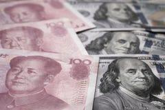 Ciérrese para arriba de dólar americano y del billete de banco de Yuan del chino Guerra comercial y conflicto entre dos países gr imágenes de archivo libres de regalías
