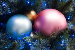 Ciérrese para arriba de decoraciones del árbol de navidad Fotos de archivo libres de regalías