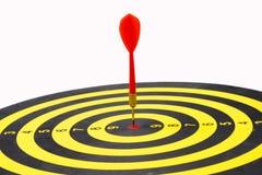 Ciérrese para arriba de diana con las flechas rojas del dardo en el centro en los vagos blancos Fotos de archivo libres de regalías