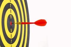 Ciérrese para arriba de diana con las flechas rojas del dardo en el centro en los vagos blancos Fotografía de archivo