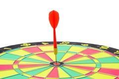 Ciérrese para arriba de diana con las flechas rojas del dardo en el centro en los vagos blancos Imagenes de archivo