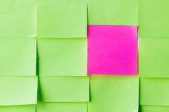 Ciérrese para arriba de diversas etiquetas engomadas del papel del color Imagen de archivo