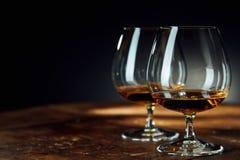 Ciérrese para arriba de dos cubiletes de cristal con alcohol imagen de archivo libre de regalías