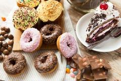 Ciérrese para arriba de dulces en la tabla Imágenes de archivo libres de regalías