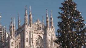 Ciérrese para arriba de Duomo del árbol de navidad y de la catedral en Milán almacen de video