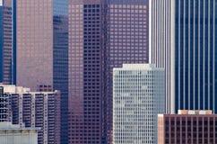 Ciérrese para arriba de edificios modernos en el ambiente urbano fotos de archivo