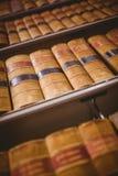 Ciérrese para arriba de estante con los libros viejos Foto de archivo