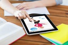 Ciérrese para arriba de estudiante con la aptitud app en la PC de la tableta Fotos de archivo libres de regalías