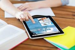 Ciérrese para arriba de estudiante con PC y el cuaderno de la tableta Fotografía de archivo