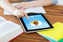 Ciérrese para arriba de estudiante con PC y el cuaderno de la tableta Imagen de archivo