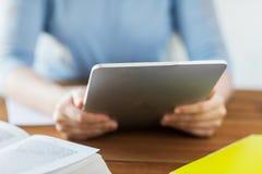 Ciérrese para arriba de estudiante con PC y el ebook de la tableta Fotografía de archivo