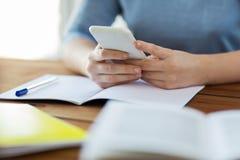 Ciérrese para arriba de estudiante con smartphone y el cuaderno Imágenes de archivo libres de regalías