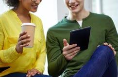 Ciérrese para arriba de estudiantes con PC y café de la tableta Imagen de archivo libre de regalías
