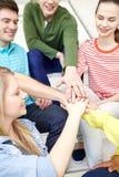 Ciérrese para arriba de estudiantes o de amigos con las manos en el top Fotografía de archivo libre de regalías