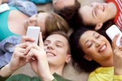 Ciérrese para arriba de estudiantes o de amigos con smartphones Fotografía de archivo libre de regalías