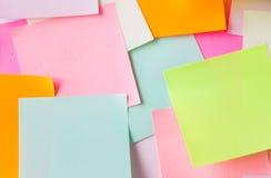 Ciérrese para arriba de etiquetas engomadas de papel coloridas Fotografía de archivo libre de regalías