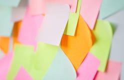 Ciérrese para arriba de etiquetas engomadas de papel coloridas Fotos de archivo