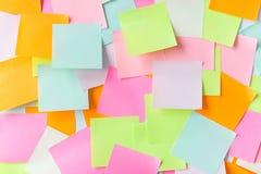 Ciérrese para arriba de etiquetas engomadas de papel coloridas Foto de archivo
