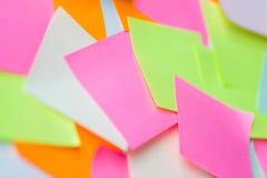 Ciérrese para arriba de etiquetas engomadas de papel coloridas Imagen de archivo libre de regalías