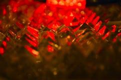 Ciérrese para arriba de facetas cristalinas cortadas en luz de rubíes y anaranjada misteriosa fotos de archivo libres de regalías