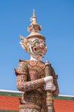 Ciérrese para arriba de figura contra un cielo azul marino en el palacio magnífico, Tailandia Foto de archivo libre de regalías