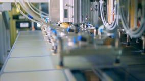 Ciérrese para arriba de filas de las células solares del módulo que consiguen levantadas por un mecanismo y ponga sobre la banda  almacen de metraje de vídeo
