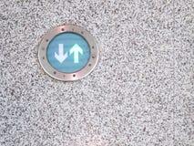 Ciérrese para arriba de flechas verdes firman en piso del granito Foto de archivo